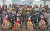 Cty TNHH túi xách Simone trao xe lăn hỗ trợ gia đình công nhân