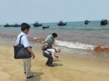 Vệt nước đỏ tố thủ phạm gây chết cá miền Trung