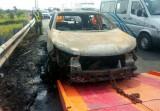 Xe hơi bất ngờ bốc cháy trên đường cao tốc, 4 người thoát chết