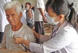 Long An: Khám bệnh và tặng quà cho người dân Campuchia