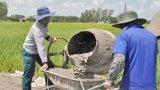 Sinh viên  Đại học Cần Thơ làm đường giao thông nông thôn ở Long An