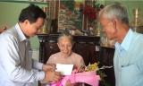 Bí thư Huyện ủy Cần Giuộc thăm Mẹ Việt Nam Anh hùng Biện Thị Tư