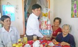 Liên đoàn Lao động tỉnh Long An thăm tặng quà Mẹ Việt Nam Anh hùng