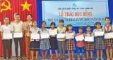 Trao học bổng cho trẻ em gái nghèo vượt khó