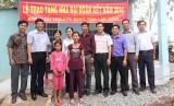 Hưng Điền A-Vĩnh Hưng: Trao nhà đại đoàn kết cho hộ nghèo