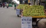 Trái cây Trung Quốc gắn nhãn mác khác bày bán tràn ngập các chợ