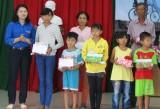 Tặng 30 phần quà cho học sinh nghèo hiếu học