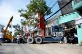Xe container cuốn xe máy lao vào nhà dân, một người chết