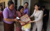 Long An tặng 300 phần quà cho phụ nữ nghèo Campuchia