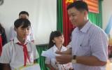 Thủ Thừa: Trao 95 suất học bổng cho học sinh nghèo học giỏi