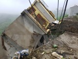 Tảng đá nặng hàng nghìn tấn sạt vào nhà dân, 4 người thoát chết