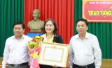 Đảng ủy LĐLĐ tỉnh Long An: Trao tặng Huy hiệu 30 năm tuổi Đảng