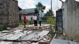 Tường nhà hoang sập trong mưa đè chết 2 học sinh lớp 3