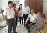 Lãnh đạo Châu Thành thăm mẹ Việt Nam Anh hùng và trao Huy hiệu Đảng dịp 2/9