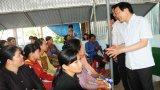 Nguyên Chủ tịch nước Trương Tấn Sang khảo sát tình hình Việt kiều Campuchia tại Vĩnh Hưng