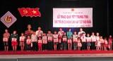 Tặng 250 phần quà trung thu cho trẻ em nghèo huyện Tân Hưng