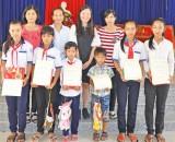 Trao học bổng cho học sinh giỏi ở xã Vĩnh Trị
