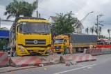 Xe tải mất lái đâm bay dải phân cách, gần 3km QL1 bị ùn tắc