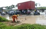 Lưu thông khó khăn trên tuyến tránh TP.Tân An do đường xấu và trời mưa