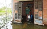 UBND thị trấn Tân Thạnh bơm nước chống ngập cho các hộ dân