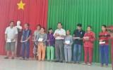 Cụm thi đua số 4 Công đoàn viên chức tỉnh Long An tặng quà cho người nghèo