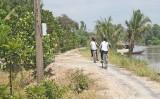 Đường liên xã Bình Hòa Tây được đơn vị thi công hỗ trợ 30m3 đá xanh