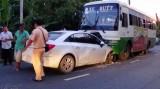 Xe hơi tông trực diện và cắm đầu vô gầm xe buýt