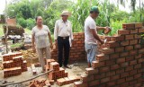 Hỗ trợ người nghèo ở xã biên giới Tân Hiệp xây dựng nhà vệ sinh