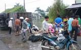 Lật xe chở vịt, người dân mua vịt giúp chủ xe