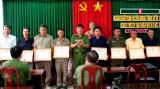 Lực lượng phòng chống tội phạm thị trấn Bến Lức nhận giấy khen của Giám đốc Công an tỉnh Bến Tre
