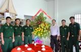 Bộ đội Biên phòng Long An thăm, chúc mừng Giáo xứ Thạnh Trị