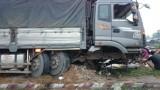 Ô tô tải đâm bể dải phân cách dẫn vào cầu Voi