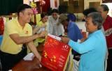 Quỹ Thiện Tâm - Tập đoàn Vingroup - Báo Long An trao quà Tết cho hộ nghèo