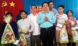 Bí thư Tỉnh ủy- Phạm Văn Rạnh trao 800 phần quà tết cho người nghèo huyện Đức Huệ