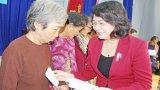 Phó Chủ tịch nước - Đặng Thị Ngọc Thịnh tặng quà tết tại huyện Đức Hòa