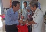 Tặng quà cho người nghèo ở Cần Giuộc và Thủ Thừa