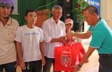 CLB bóng đá Long An trao quà tết cho người nghèo