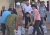 Chăm lo tết và tặng gạo cho người nghèo biên giới