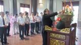 Phó Thủ tướng Thường trực Chính phủ - Trương Hòa Bình dâng hương tại Khu lưu niệm Luật sư Nguyễn Hữu Thọ