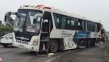 Container nổ lốp đâm xe chở công nhân, 5 người bị thương