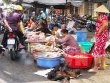 Giá thịt heo hơi tăng nhẹ trong khi giá thịt gia cầm giảm sâu