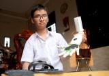 Thương nạn nhân bom mìn, học sinh lớp 11 chế cánh tay robot