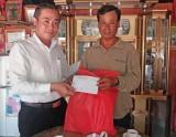 Tân Thạnh: Thăm, tặng quà người dân tộc Khmer