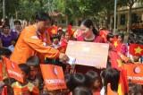 Đoàn đua Cúp truyền hình TP.HCM giúp trẻ em miền núi