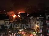 Hà Nội: Một gara ôtô ở Hà Đông đang cháy dữ dội, lửa bốc cao ngút