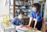 Tình nguyện viên hướng dẫn thủ tục hành chính