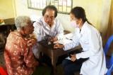 Khám bệnh, cấp thuốc miễn phí và tặng quà cho nhân dân Campuchia