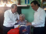 Phó Thủ tướng Thường trực Chính phủ - Trương Hòa Bình thăm Mẹ Việt Nam Anh hùng - Nguyễn Thị Hạnh