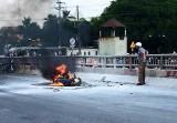 Mô tô phân khối lớn bốc cháy, chủ xe nhảy cầu dập lửa