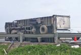 Xe tải chở giấy lật trên cao tốc TP.HCM-Trung Lương